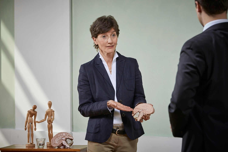 Verkaufstraining Coach Barbara Danowski erklärt dem Zuhörer die Funktionsweise des menschlichen Gehirns