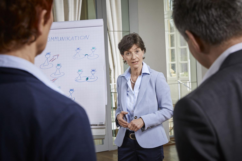 Kommunikationstraining Coach Barbara Danowski zeigt den Zuhörern verschiedene Kommunikationsmodelle