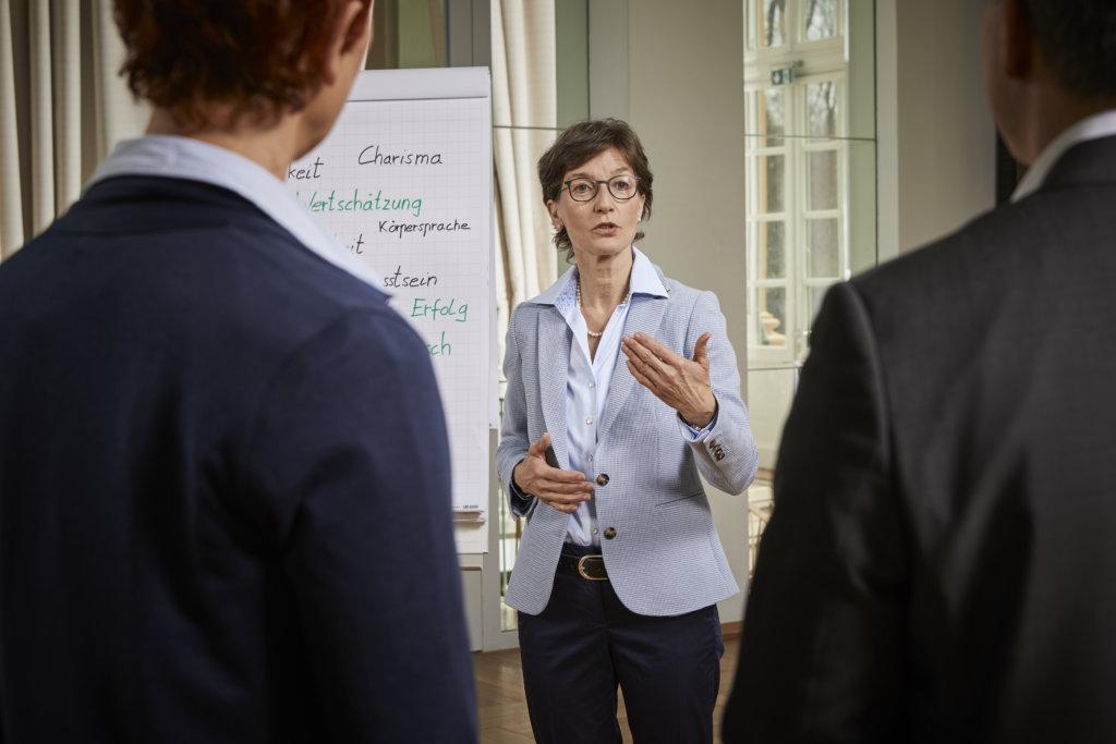 Persönlichkeitstraining Coach Barbara Danowski erklärt den Zuhörern etwas über die Persönlichkeitsattribute