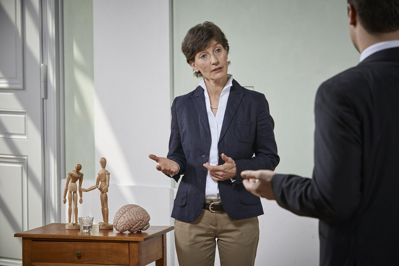 Verkaufstraining Coach Barbara Danowski beantwortet dem Azubi eine Frage