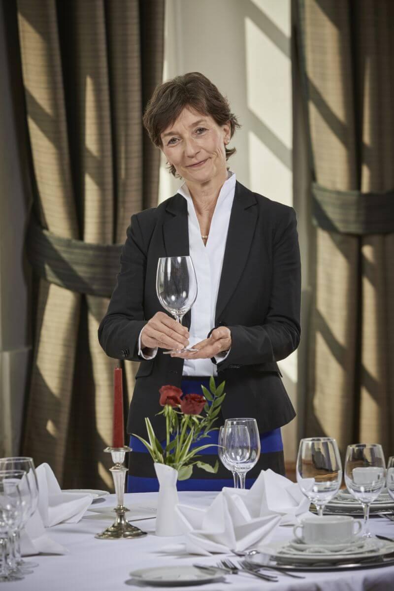 Die Knigge Trainerin Barbara Danowski präsentiert einen schön gedeckten Tisch
