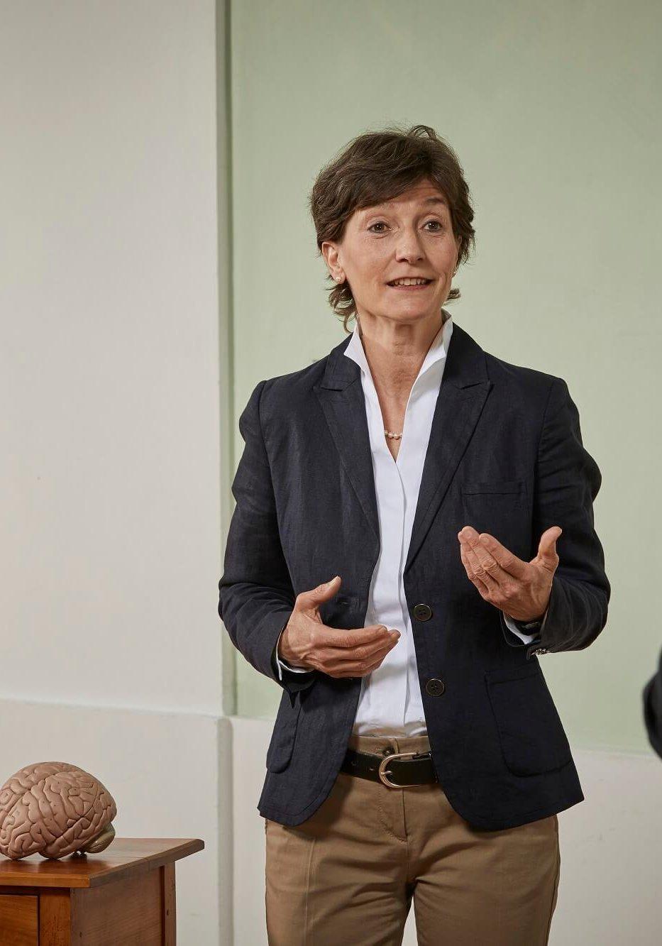 Persönlichkeitstraining Coach Barbara Danowski erklärt etwas